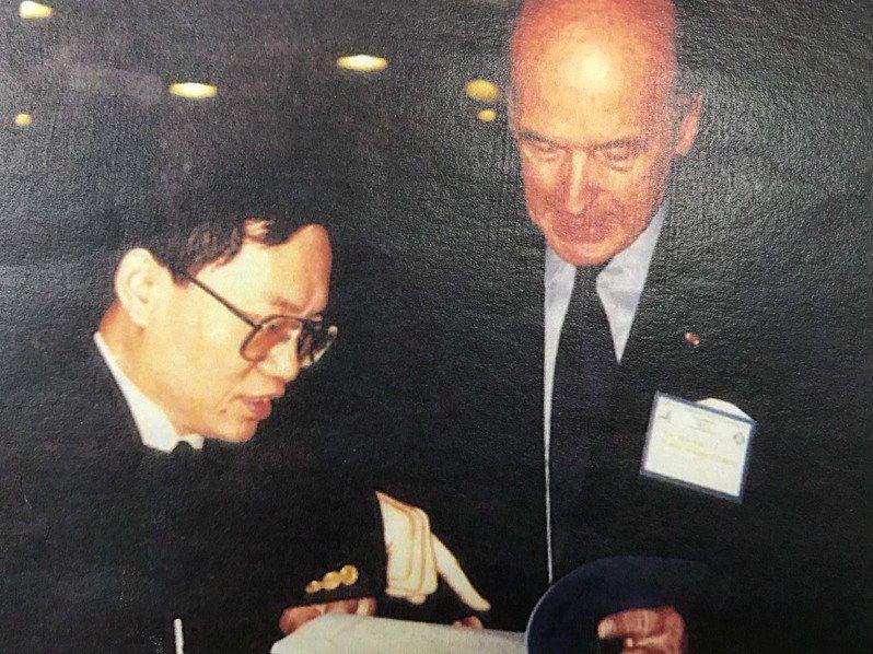 一九九二年,前國代蔡志弘(左)向訪台的法國前總統季斯卡(右)致贈個人研究論文,兩人都關注區域經濟整合議題,也曾提出類似看法和結論。(蔡志弘提供)