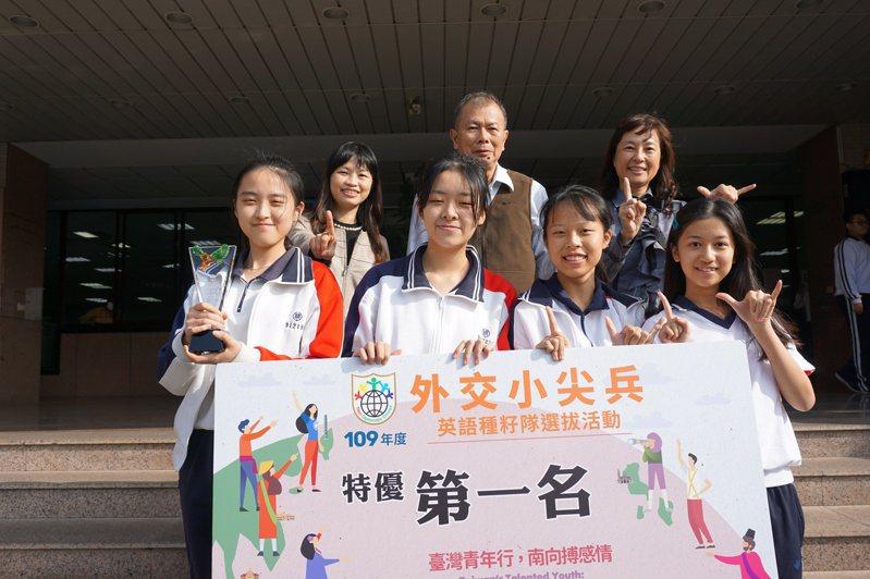 精誠中學高一學生尤子晨、卓芊妤、蘇庭可、許沛榕參加公視在外交小尖兵選拔獲得全國第一。圖/精誠中學提供