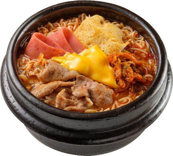 OKmart與「醄醴敬妻泡菜」聯名推出「韓式泡菜部隊鍋」,售價89元,12月16...