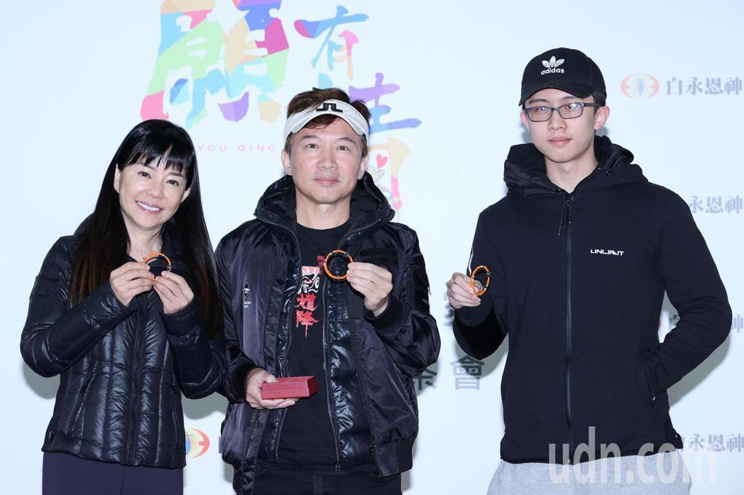狄鶯(左起)、孫鵬與孫安佐一家三口下午為公益同框。記者蘇健忠/攝影