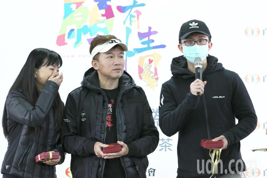 狄鶯(左起)、孫鵬與孫安佐一家三口下午為公益同框,在導演伍宗德的邀請下一起為白永...