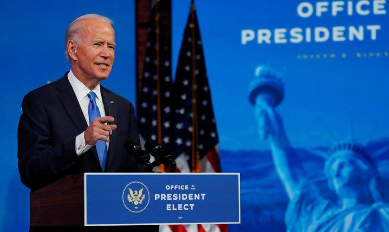 美國選舉人團14日投票,民主黨總統候選人拜登獲得306票,確認當選第46位總統。圖為拜登在結果確認後發表電視演說。路透