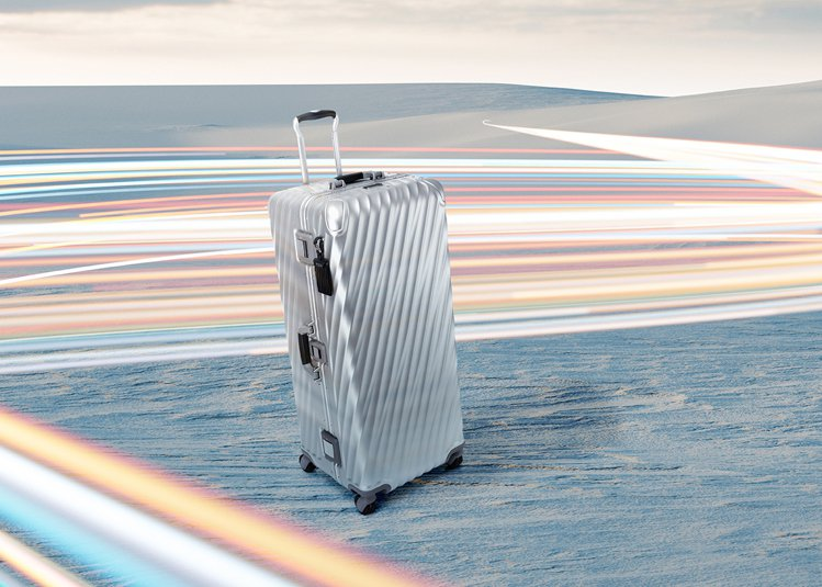 TUMI在這季推出了全新的衣帽箱,適合長途旅行或是全家出遊,讓使用者隨時有回家的...