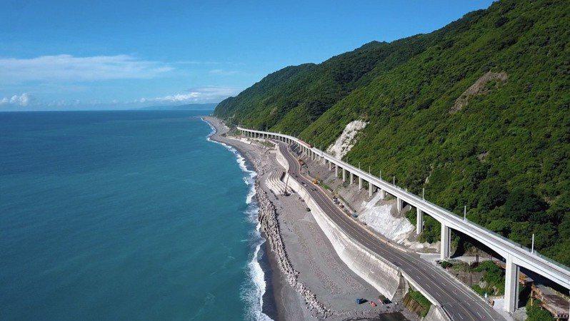 南迴鐵路多良高架橋路段,依山傍海全台最美的海景鐵道。  圖/鐵道局提供