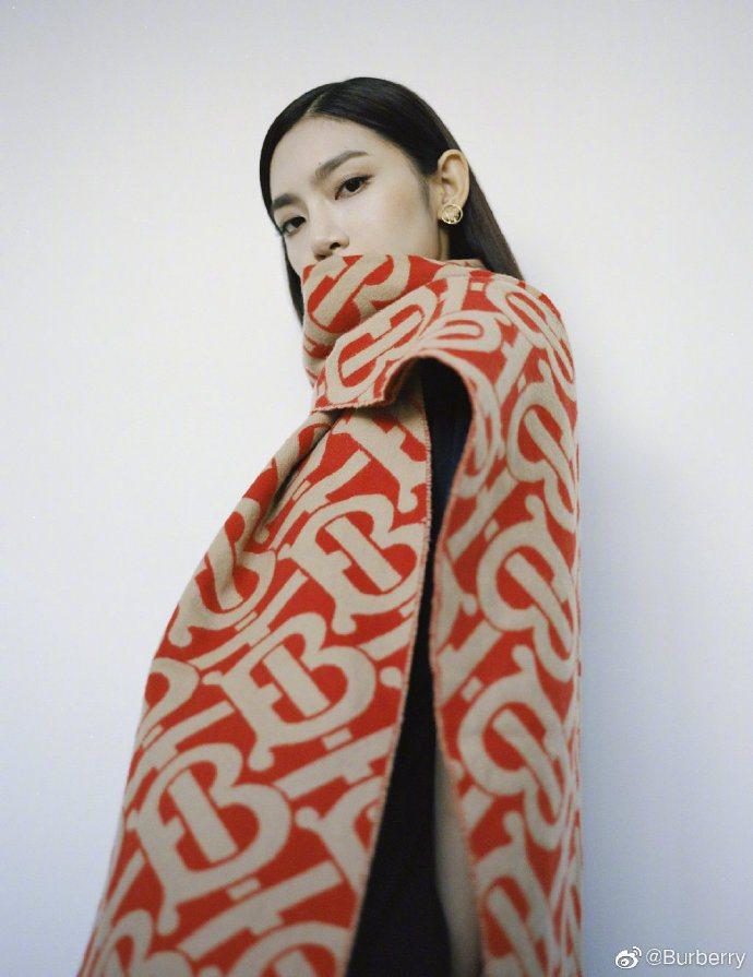 大陸歌手暨演員曾可妮選用BURBERRY圍巾。圖/取自微博