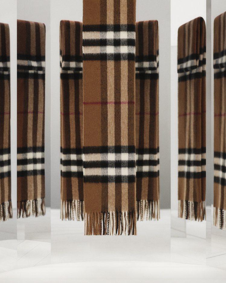BURBERRY經典格紋喀什米爾圍巾,18,200元。圖/BURBERRY提供