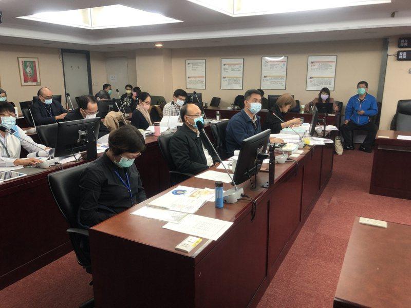 議員許淑華揭露市府用今年9月9日廢止的《台北市政府工程經費估算原則》來編列預算。記者鍾維軒/攝影