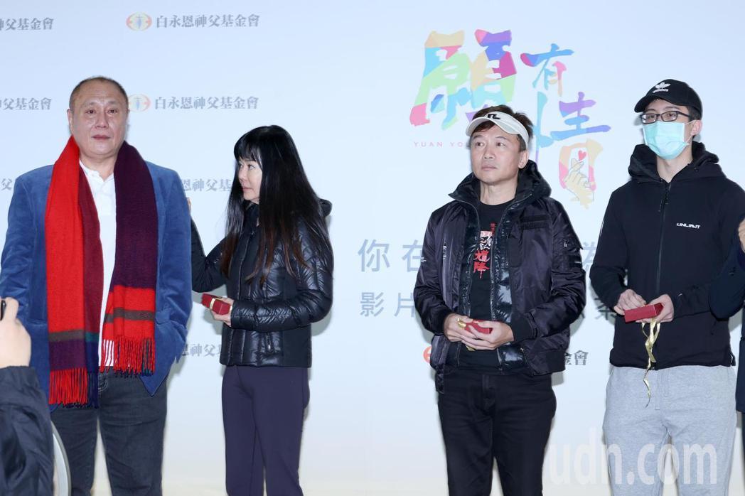 導演伍宗德(左起)講到狄鶯、孫鵬、孫安佐一家人受的苦,忍不住淚崩。記者  蘇健忠...
