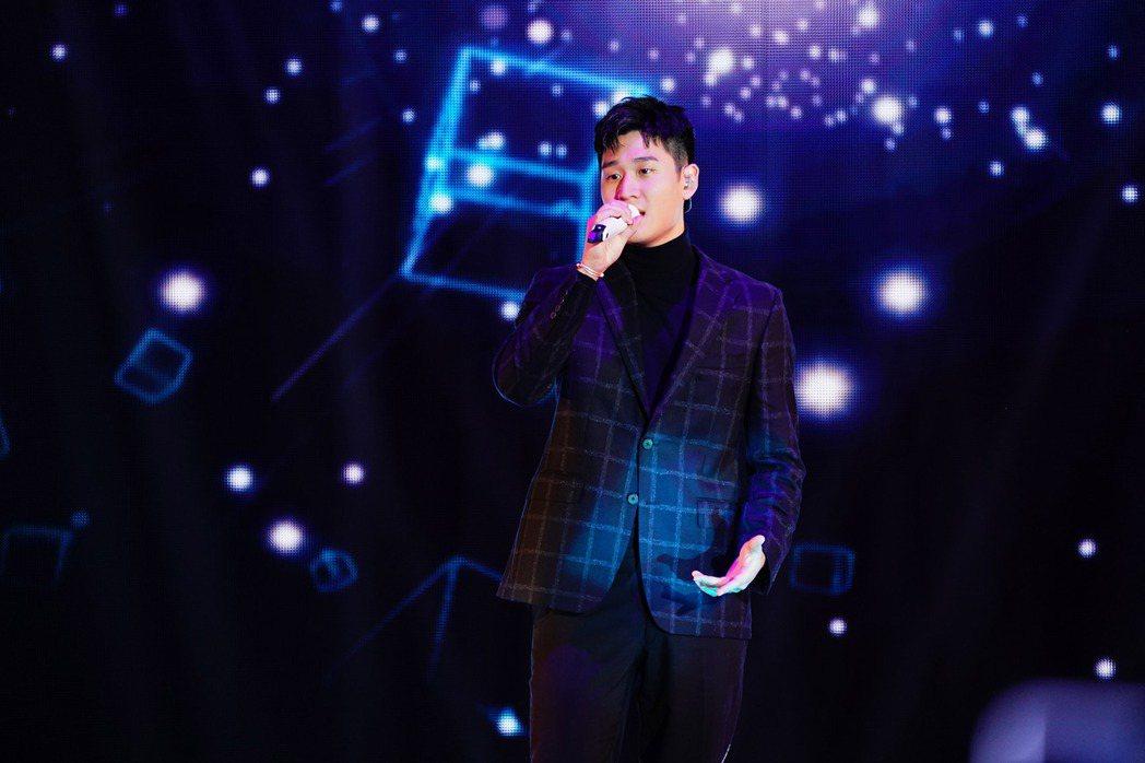 周興哲今年登上新北耶誕城舞台,和舊愛趙岱新擁抱成為話題。圖/TVBS提供