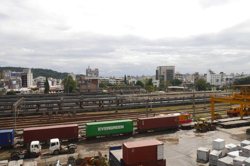 北迴線中斷,影響花蓮石材鐵路運輸,台鐵允諾會利用客運空檔,加強貨運。 報系資料照片