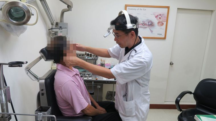 衛福部彰化醫院耳鼻喉科主任許嘉方檢查病人的耳朵,測試會不會暈眩。記者簡慧珍/攝影