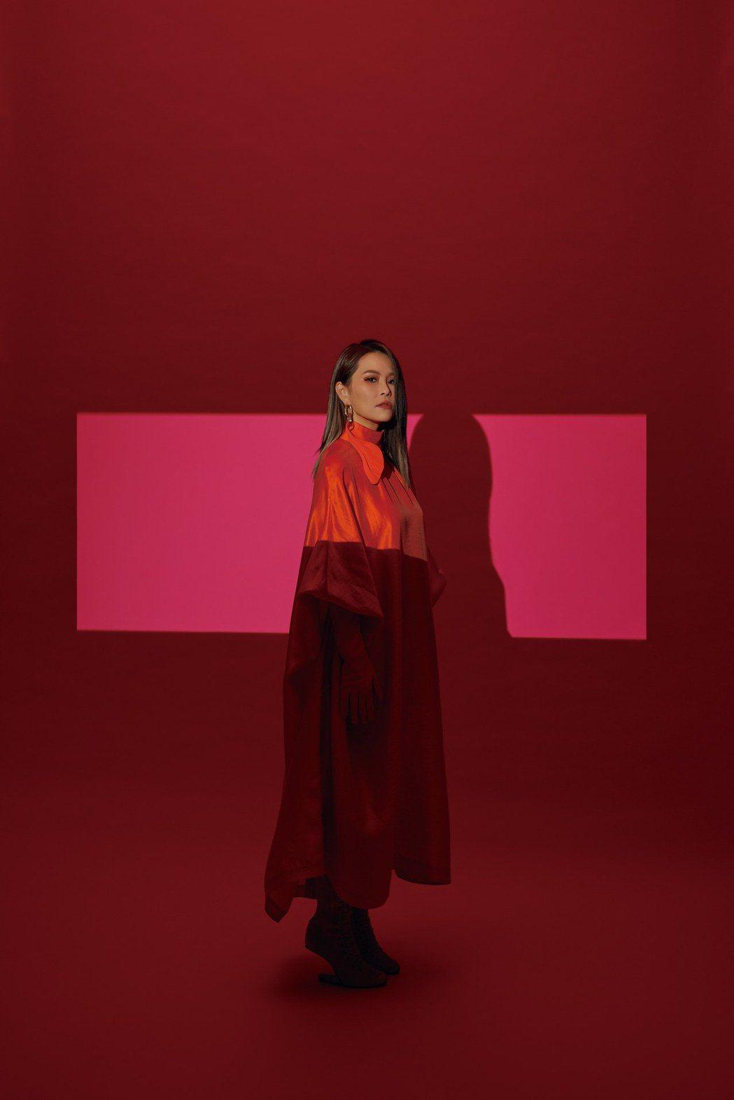 周蕙「豁然律」EP視覺媲美時尚大片,靠閨蜜陸明君傳授名模氣勢。圖/華研國際提供