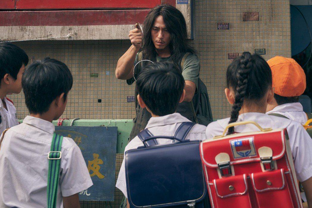莊凱勛扮醜飾演神秘魔術師。圖/公視提供
