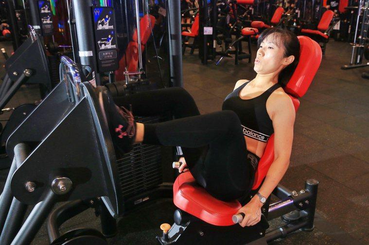 四十八歲鍾小姐在健身房裡認真做重訓,她說希望體態結實,沒有老態,也不想日後成為兒...