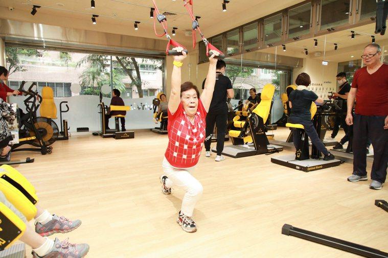 高齡八十四歲的洪受碧已在健身房上課兩年,學習復健並增加肌力,困擾多年的腰痛問題得...