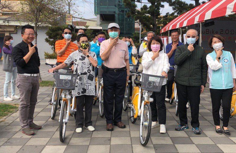 嘉義市Youbike首波建置40站點正式營運,市長黃敏惠(前排右三)昨試騎,並宣布騎乘前30分鐘免費。記者李承穎/攝影