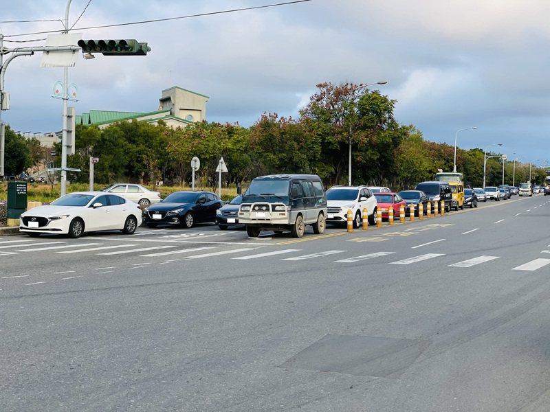 中科后里園區九甲7路到后科路的三豐路段因狹窄,每逢尖峰時段幾乎交通壅塞。圖/楊瓊瓔服務處提供