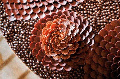 Pierre Hermé大師的「黑醋栗之花」甜點創作,是一款無麩質且純素的作品。...