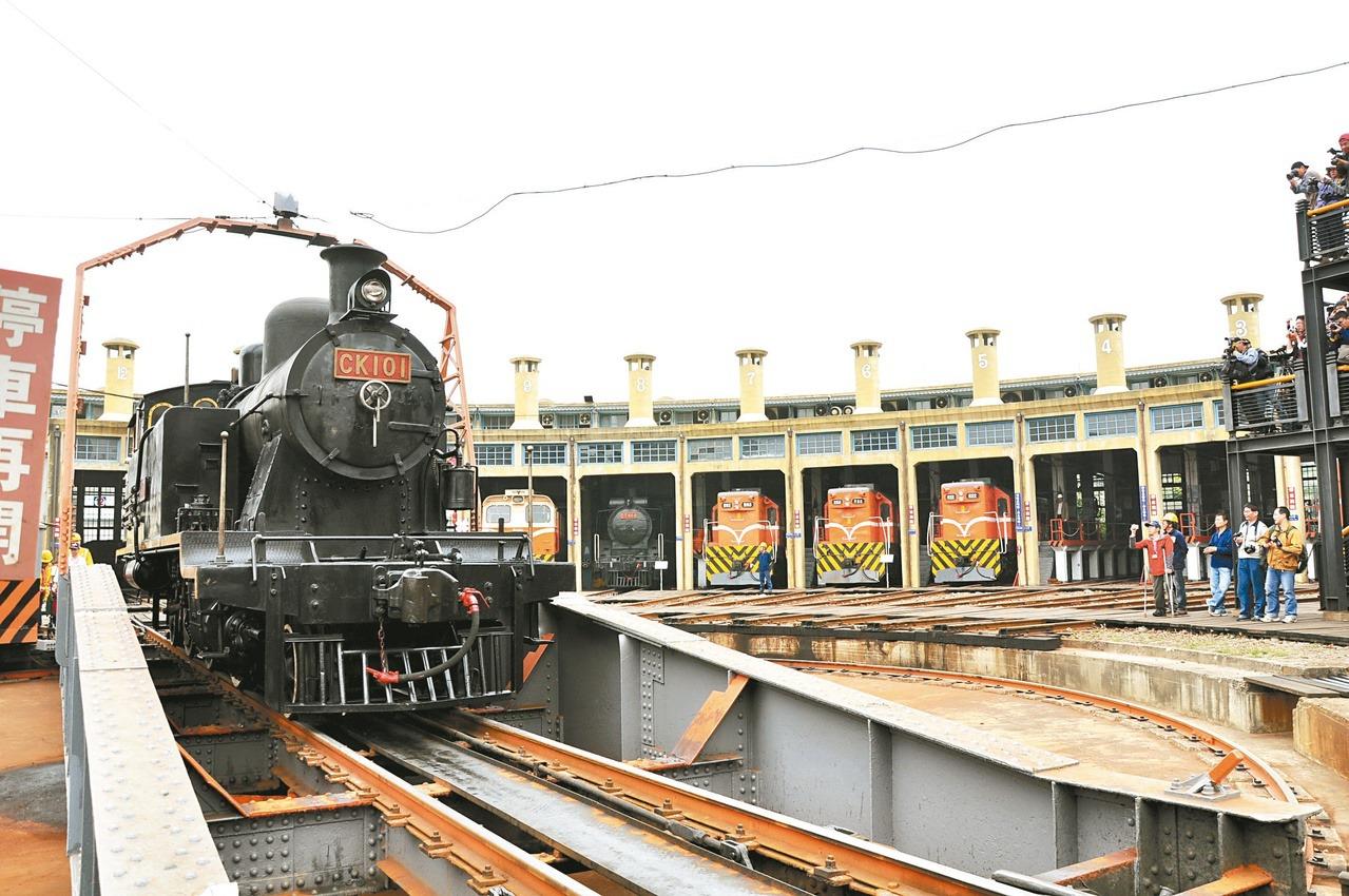 全臺唯一活的鐵道資產「扇形車庫」,提供列車維修保養、補給調度,也有「火車頭旅館」...