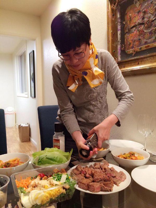 做菜是張曼娟的小確幸,尤其看著親友品嚐自己做的美食後,露出滿足的表情,總讓她覺得...