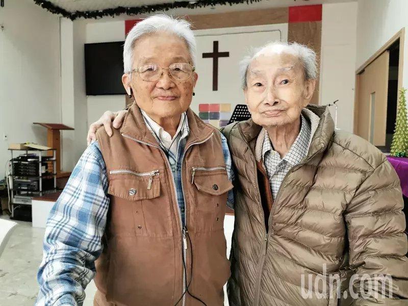 97歲的阮金鵬(右)至今仍保持每周到教堂,和教友們聚會、讀經,生活充滿喜樂。 ...