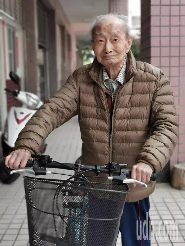 阮金鵬民國40年就曾騎車環島傳福音。  圖/卜敏正 攝影