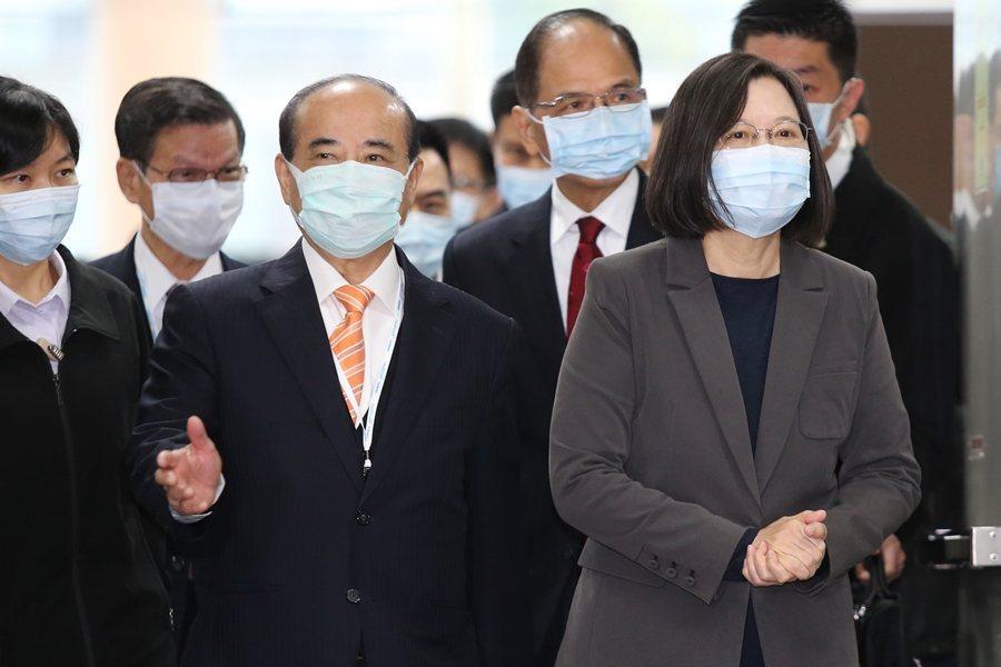 王金平不斷透過媒體明示綠營可能找他接海基會董事長。圖為蔡英文與王金平,攝於台灣醫療科技展。 圖/聯合報系資料照