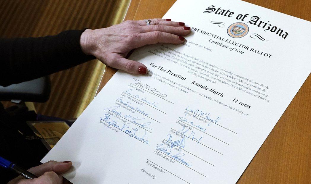 圖為選舉人團簽字認證的選舉結果。由於現任總統川普目前尚未承認敗選,拒絕接受選舉結...