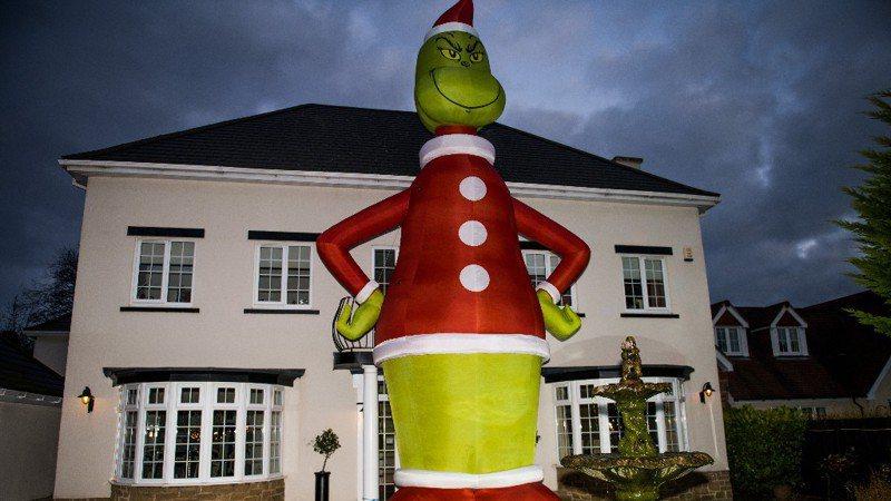 英国一名男子在网上错买超巨大尺寸的鬼灵精装饰品,足足有2层楼高,意外成为当地地标。图撷自推特。(photo:UDN)