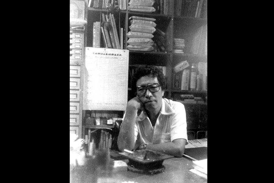 約莫1980年代,李哲洋編譯日本音樂之友社《名曲解說全集》時的書房照片,背後可見編輯進度表,以及其他的譯稿用牛皮紙袋裝。 圖/李立劭提供
