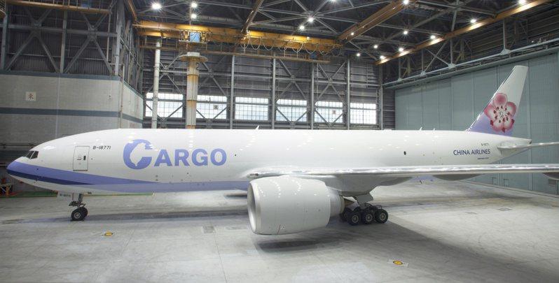 華航公布777貨機的新外觀,除了縮小CHINA AIRLINE字樣,並在大大的貨機英文字CARGO字母C中,顯示台灣地圖的形狀。 圖/華航提供