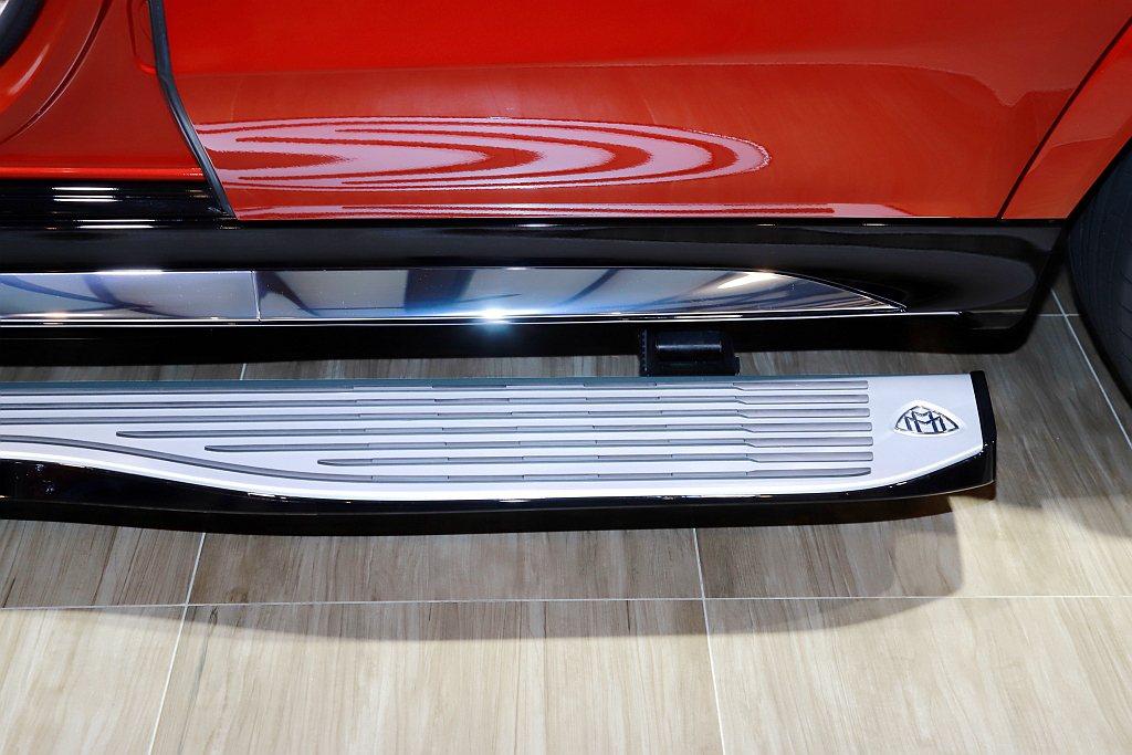 以「Oar-blade船槳」設計元素的大面積電動升降迎賓車側踏板,更讓乘客有著如...