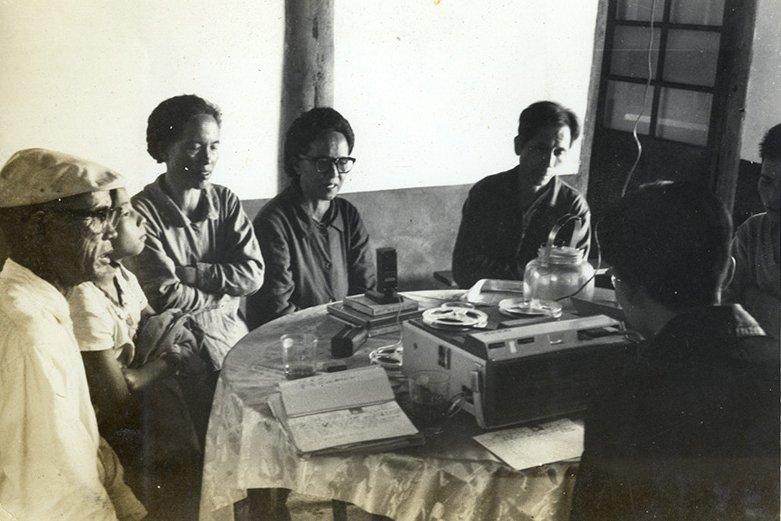 1966年李哲洋在五峰鄉賽夏族進行民歌採集錄音。  圖/李立劭提供