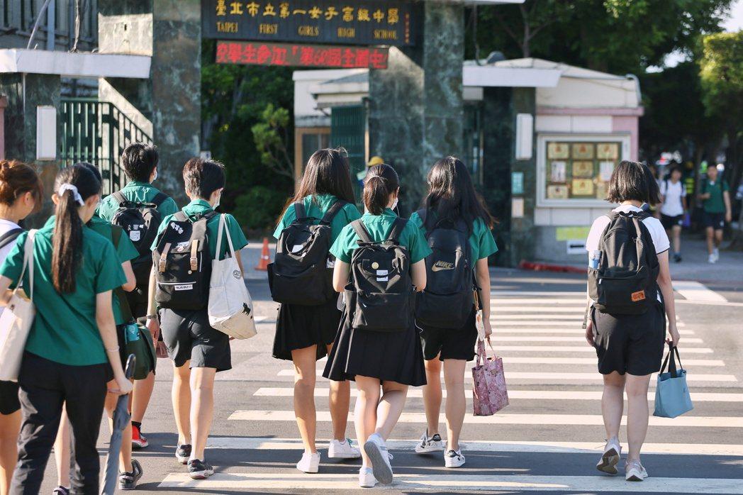 北一女校慶,有攤位以五分鐘30元提供「學姐陪聊」服務,引起爭議。示意圖。 圖/聯合報系資料照