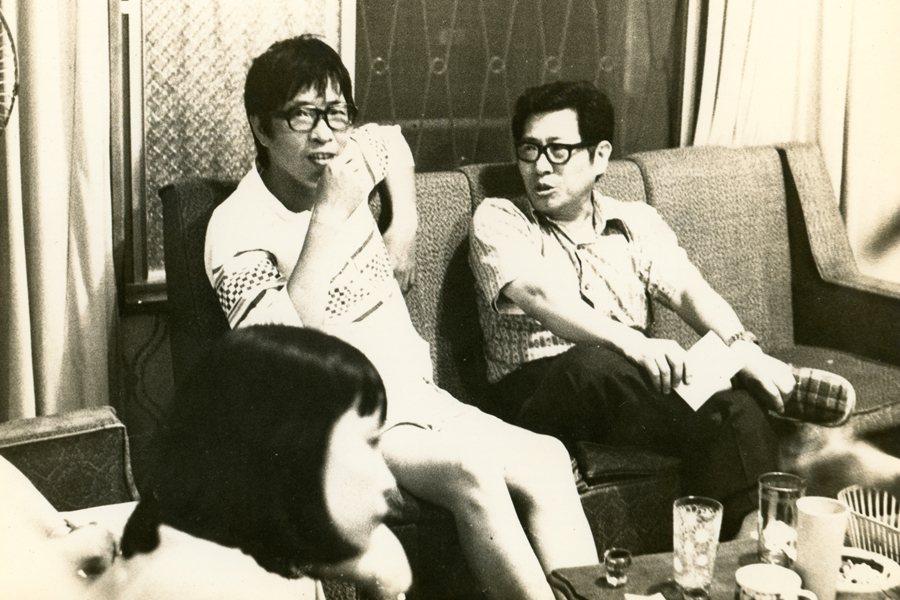 1970年代李哲洋在永和中興街的住家客廳與民族音樂學者呂炳川等多位好友彼此經常喝酒聊天、談音論樂。  圖/李立劭提供