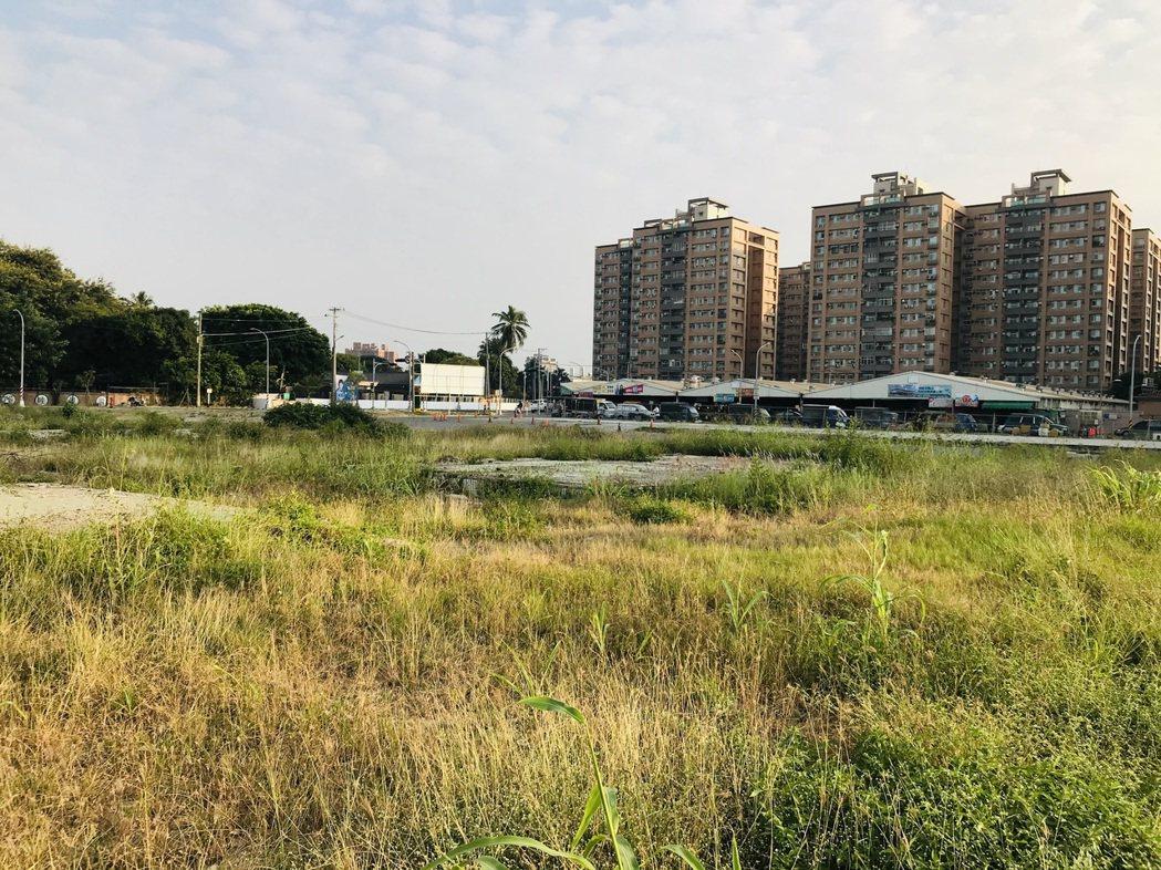 93期重劃區土地標出高價,連帶使得鄰近的鳳山新城、中山新城國宅價格也蠢蠢欲動。 ...