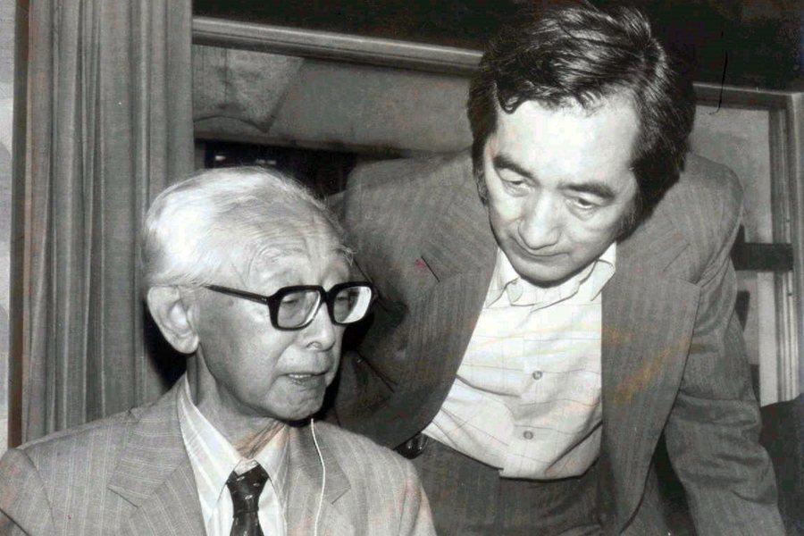 民族音樂學者黑澤隆朝(左),由許常惠(右)陪同前往蘭嶼採集當地民歌,攝於1978年。 圖/聯合報系資料照