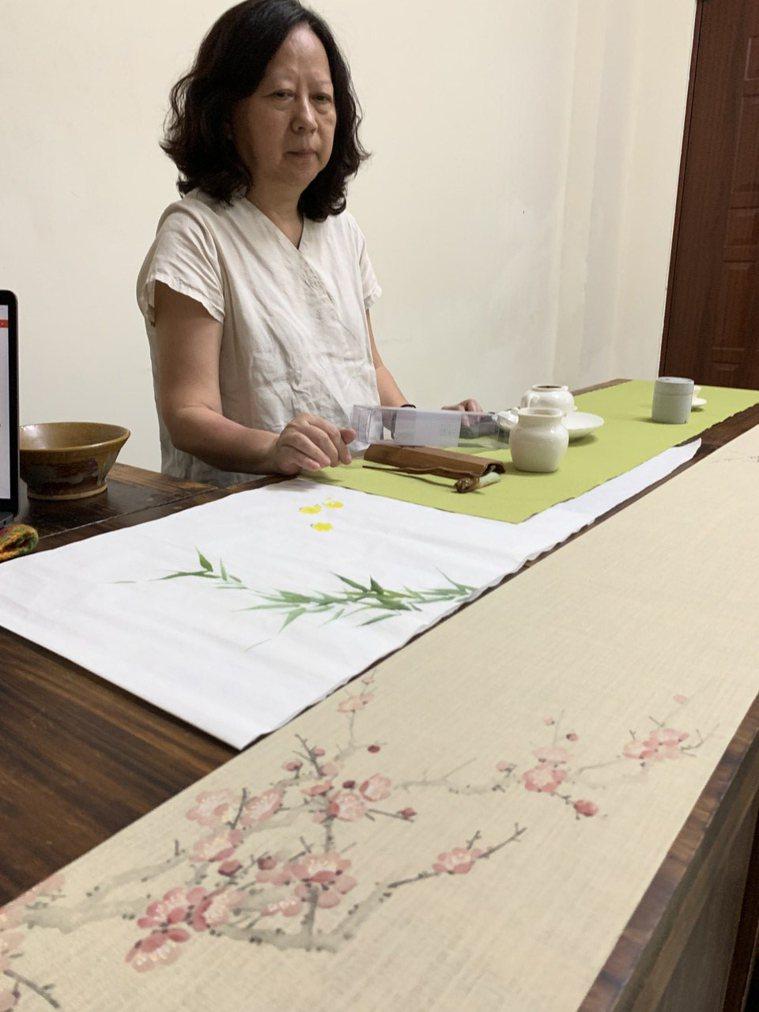 「大齡學生」陳起賢上大學主修書畫,都是因為茶道,開啟對美的追求。圖右的席方畫的是...