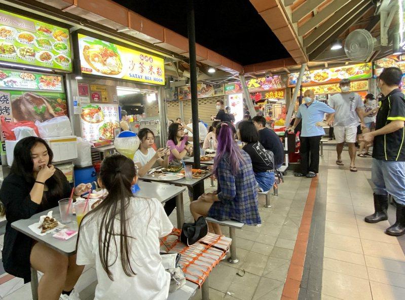图为新加坡知名的忠忠小贩中心(Chomp Chomp Food Centre)。中央社(photo:UDN)