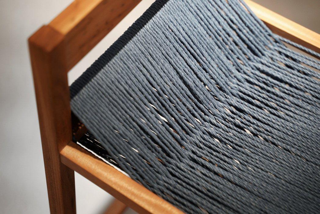 工藝家林景騰作品「梭織椅」,每一次乘坐,人的重量彷彿讓線再次梭織一遍。 圖/...