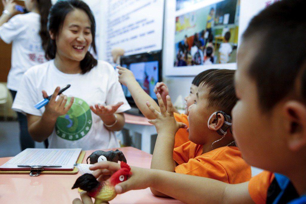 一直以來,我常碰到很多對聽覺障礙的疑問,比如「身為聽障者會碰到什麼不方便?」示意圖。 圖/新華社