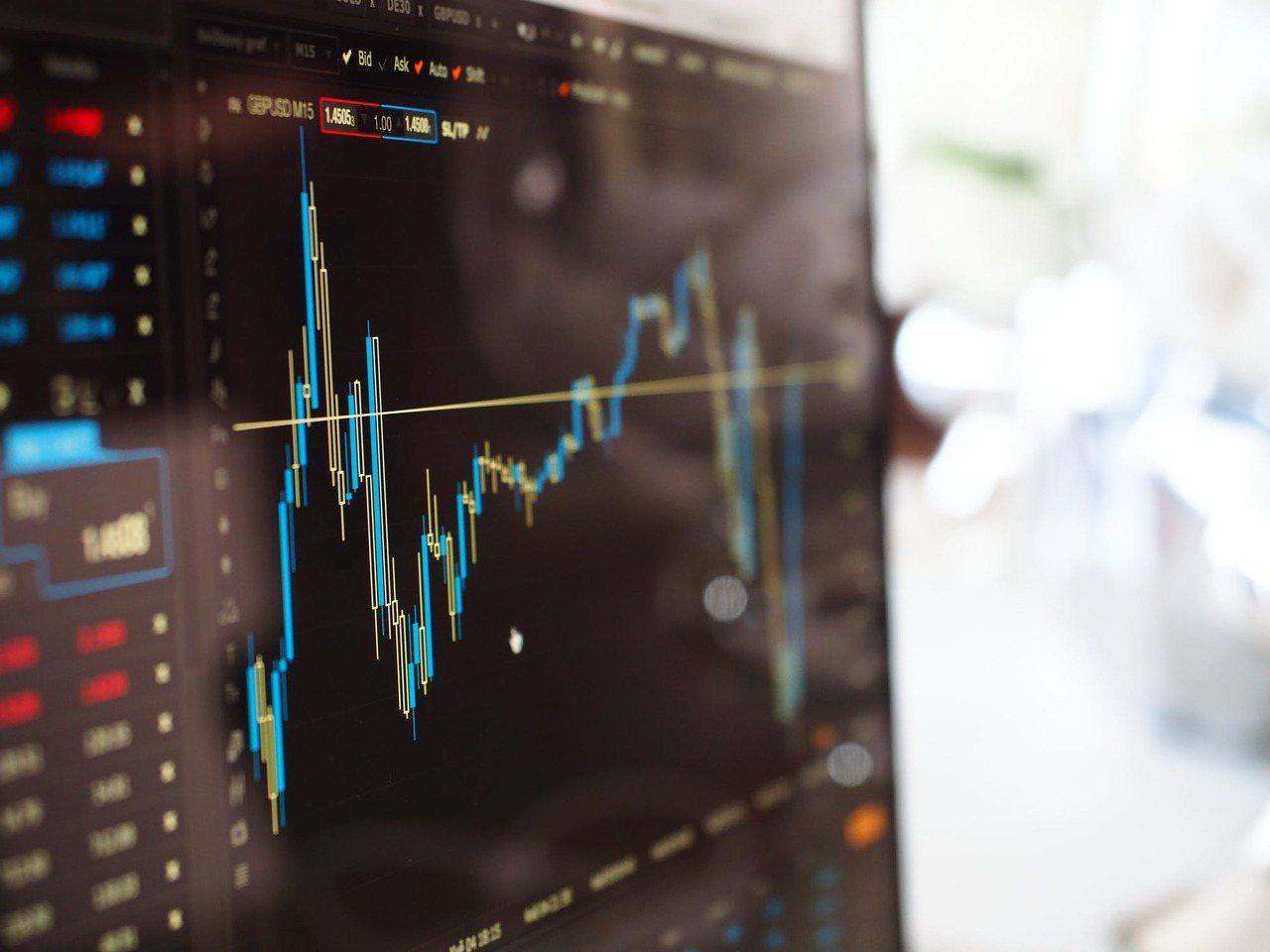 以平均報酬和波動度當觀察指標,挑選哪些股票特質適合自己,以退休族群來說,理想配置...