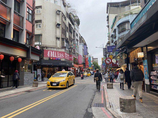 疫情影響,台北永康商圈熙來攘往的人潮變少了。 報系資料照