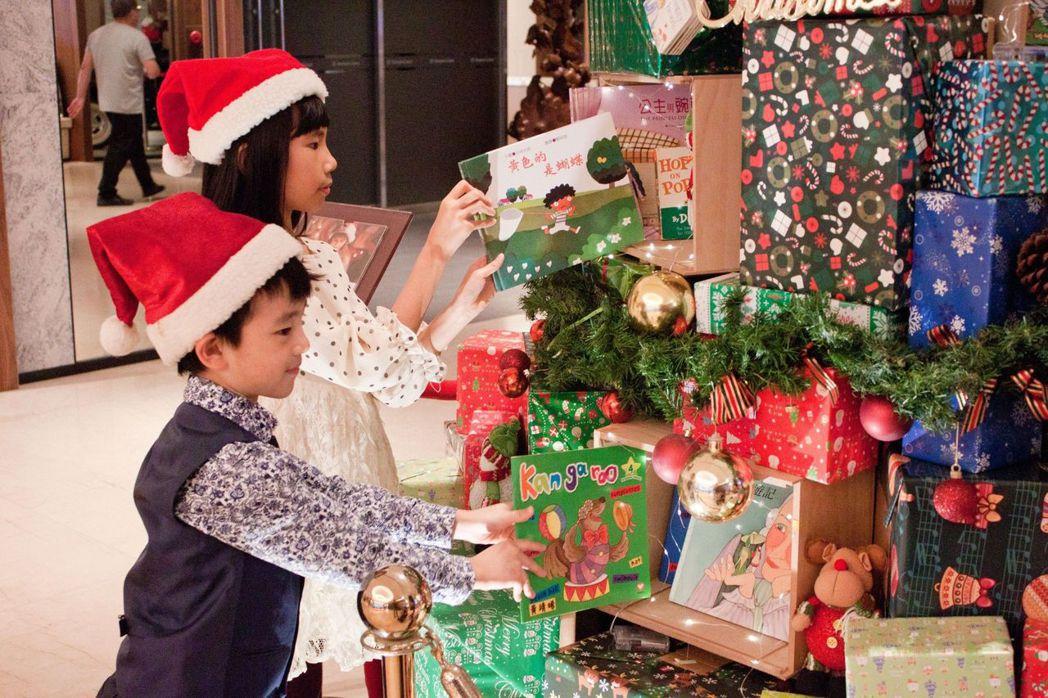 希望愛之樹由一個個小木箱堆積布置而成,也是這次桃園喜來登酒店推出愛捐書閱幸福二手...