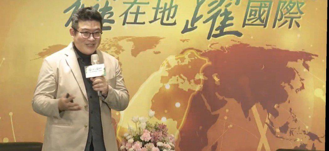 :Design Action社會設計平台的創辦人楊振甫執行長,透過網路即時與講者...