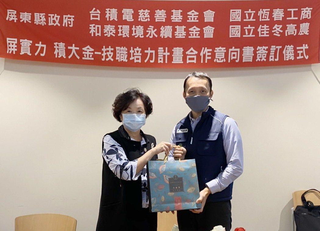 屏東縣副縣長吳麗雪與和泰環保公益基金會執行長黃海清(右)簽署合作意向書。 和泰大...