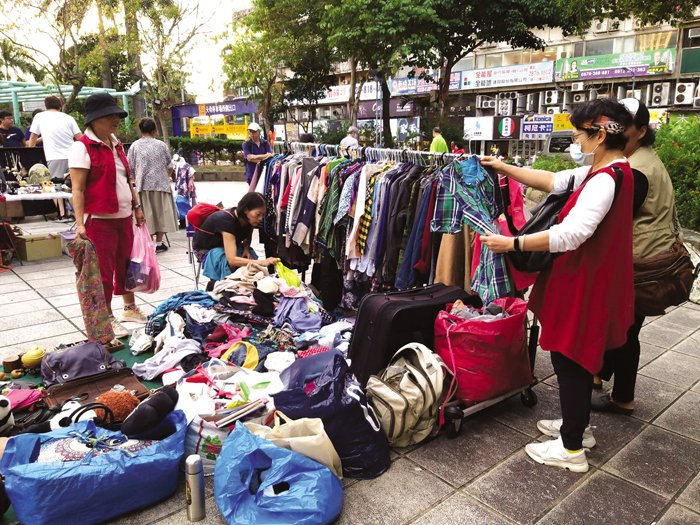 Tianmu Flea Market, the most well-known flea market in Taipei, welcomes regular citizens to sign up every week to sell all kinds of budget-friendly outfits or functional daily necessities. (Photo/Taiwan Scene)
