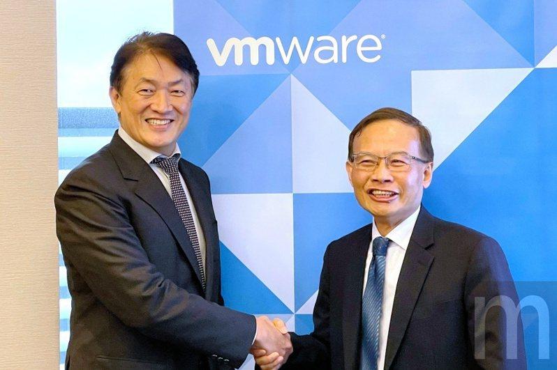 左為VMware台灣總經理陳學智,右為中華電信國際分公司副總經理陳錦洲