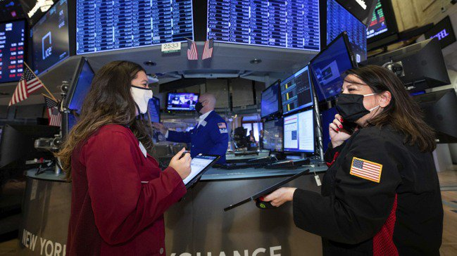 不願冒大風險的投資人便把資金轉入股票市場,使全球股市總市值首度超過100兆美元。...