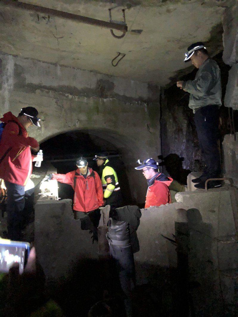 新竹邱姓男子在上月初闖中橫便道後失聯,警、消昨天在台電廢棄電廠的山洞內尋獲。圖/台中市消防局提供